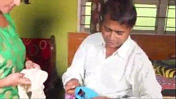 भारतीय वृद्ध बिक्री कार्यकारी गरम भारतीय को अंडरगारमेंट दिखा रहा है