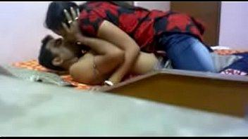 भारतीय सुंदर लड़की कमबख्त युवा आदमी के साथ मुश्किल