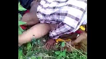 भारतीय जोड़ा जंगल में चुदाई करते हुए पकड़ा गया
