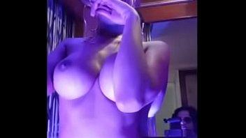 बड़े स्तन लड़की एक लिफ्ट में नग्न जा रहा है